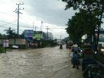 warga-terobos-banjir-di-jalan-di-panjaitan_20180723_132339.jpg