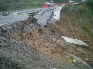 BERITA FOTO: Jalan Poros Samarinda-Tenggarong Longsor - longsor_samarinda_2_NEVRI.jpg