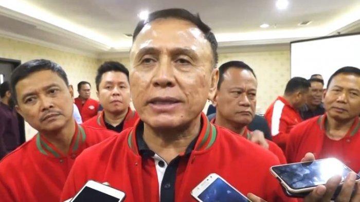 Komjen Pol Mohamad Irawan atau Iwan Bule saat diwawancara sejumlah wartawan terkait dukungan sejumlah Asprov dan klub sepakbola di Pontianak, Kalimantan Barat, Selasa (27/8/2019)
