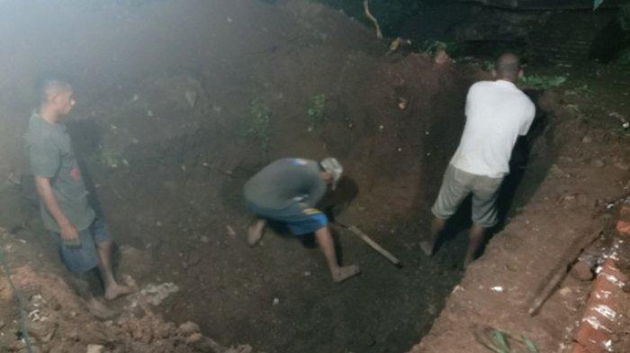 Pemuda Bluwa Lewoleba Gali Liang Lahat untuk Korban Banjir Ile Ape, Sedih
