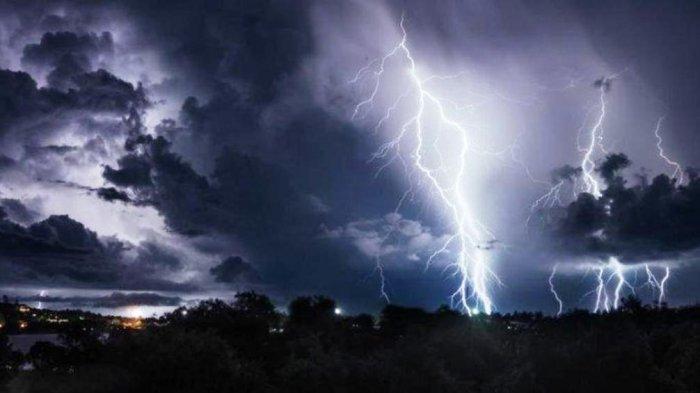Waspada Hujan Petir dan Angin Kencang Besok 2 Agustus 2021: Ini 16Wilayah Berpotesni Cuaca Ekstrem