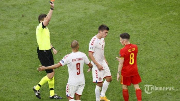 Wasit asal Jerman, Daniel Siebert (kiri) memberikan kartu merah kepada gelandang Wales, Harry Wilson (kanan) atas pelanggaran terhadap bek Denmark, Joakim Maehle (dua kanan) dalam laga babak 16 besar UEFA Euro 2020 antara Wales dan Denmark di Johan Cruyff Arena, Amsterdam, Belanda, Sabtu (26/6/2021) malam WIB. Pertandingan berakhir dengan skor 0-4 untuk kemenangan Denmark.