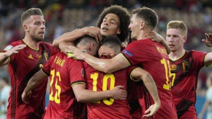 Para pemain Belgia merayakan gol pertama mereka selama pertandingan sepak bola babak 16 besar UEFA EURO 2020 antara Belgia dan Portugal di Stadion La Cartuja di Seville pada 27 Juni 2021.
