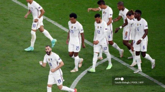Karim Benzema (bawah), pemain depan Prancis merayakan bersama rekan setimnya usai mencetak pinalti saat pertandingan  sepak bola Grup F UEFA EURO 2020 antara Portugal dan Prancis di Puskas Arena di Budapest pada 23 Juni 2021.