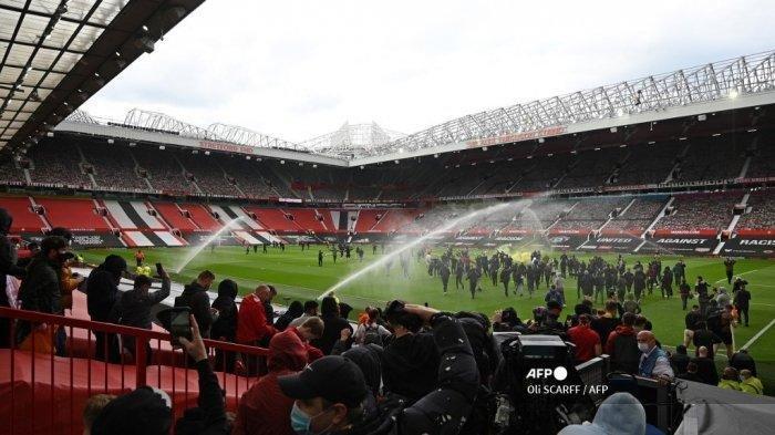 Pendukung memprotes pemilik Manchester United, di dalam stadion Old Trafford klub Liga Premier Inggris Manchester United di Manchester, barat laut Inggris pada 2 Mei 2021, menjelang pertandingan Liga Premier Inggris melawan Liverpool. Manchester United adalah salah satu dari enam tim Liga Premier yang mendaftar ke turnamen Liga Super Eropa yang memisahkan diri. Tetapi hanya 48 jam kemudian Liga Super runtuh ketika United dan klub Inggris lainnya mundur.