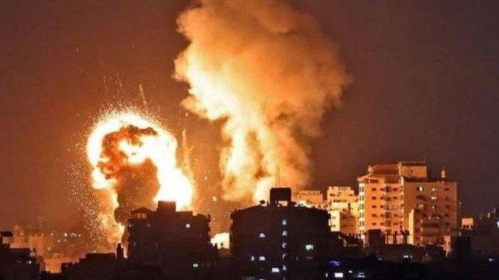 Kobaran api yang membumbung tinggi membakar pemukiman warga Palestina di Gaza oleh serangan udara tentara Israel, Selasa 11 Mei 2021.