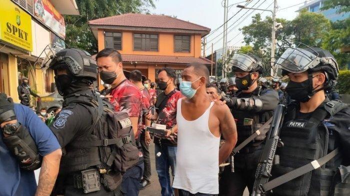 49 Orang Diamankan Sementara Satu Pemilik Senjata Api Buron Saat Kampung Ambon Digerebek Polisi