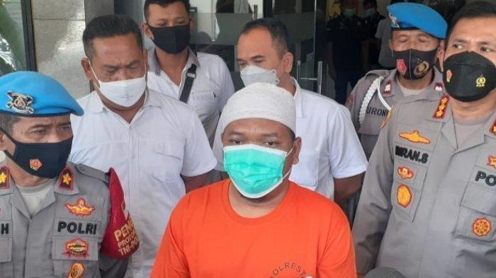 Dalang rekayasa babi bgpet Adam Ibrahim ketika memberikan keterangan di Polres Metro Depok, Kamis 29 April 2021.