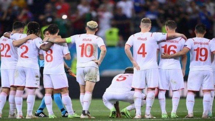 Para pemain Swiss menyaksikan adu penalti selama pertandingan sepak bola babak 16 besar UEFA EURO 2020 antara Prancis dan Swiss di National Arena di Bucharest pada 28 Juni 2021.