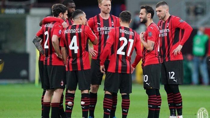 Pera pemain AC Milan diskusi saat melawan Cagliari. Hasil imbang 0-0 membuat AC Milan harus bertarung sampai akhir untuk memperebutkan tiket Liga Champions