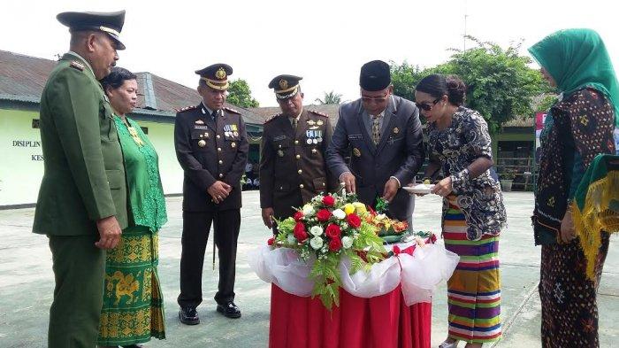 Bupati SBD Bersama Ibu Didaulat Memotong Tumpeng HUT TNI Ke-73