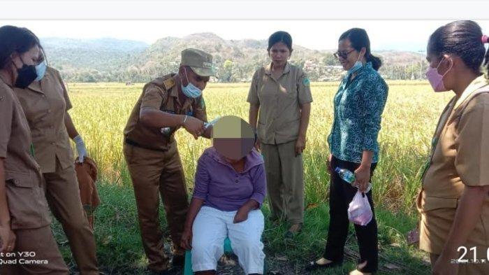 Camat Agus Supratman Gunting Rambut ODGJ di Satar Padut Manggarai Timur