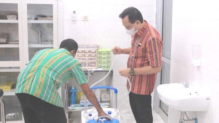 CEK ALKES---Bupati Belu, dr. Agustinus Sp.PD mengecek alat kesehatan di Puskesmas Haekesak Kecamatan Raihat, Kamis 17 Juni 2021.