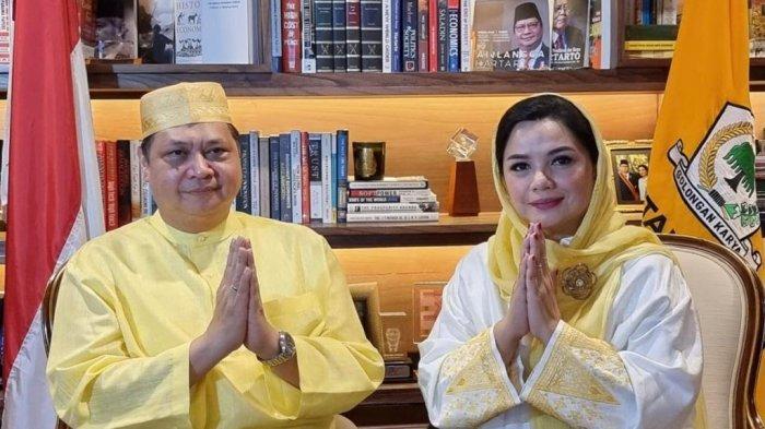 Ketua Umum Golkar, Airlangga Hartarto bersama Ketua Umum IIPG, Yanti Airlangga saat halal bihalal Lebaran Partai Golkar di Jakarta, Jumat 14 Mei 2021