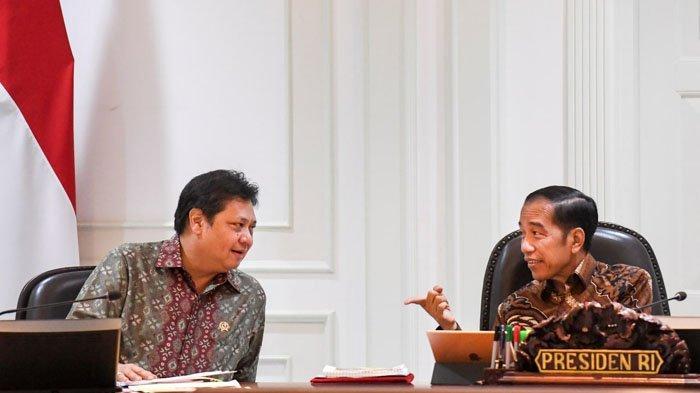 BERSAMA PRESIDEN -Menko Perekonomian, Airlangga Hartarto berbincang dengan Presiden Joko Widodo pada rapat kabinet, belum lama ini.