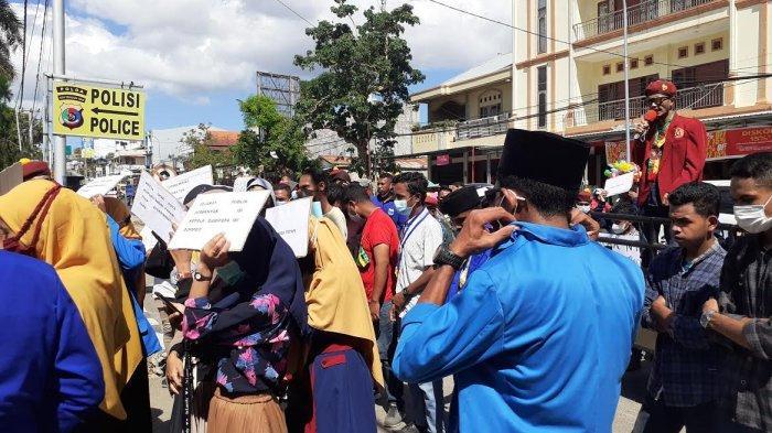 Aksi demo oleh AMPAS Kota kupang di Mapolda NTT, Rabu 02 Juni 2021.