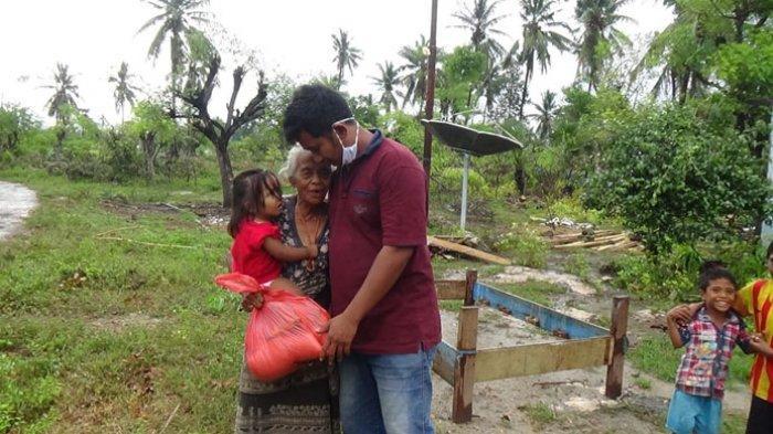 Aksi sosial PT Teratai Waingapu Sumba Timur kepada para korban terdampak bencana seroja