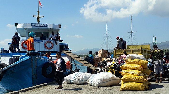 Kapal Citra Papua Bongkar Semen di Pelabuhan Lewoleba