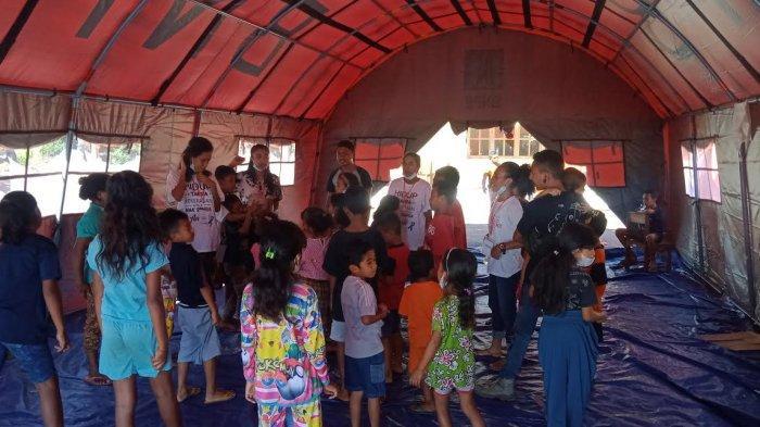 Aktivis Alit Indonesia sedang menghibur anak-anak di posko pengusaha bencana Desa Nelelamadike Pulau Adonara