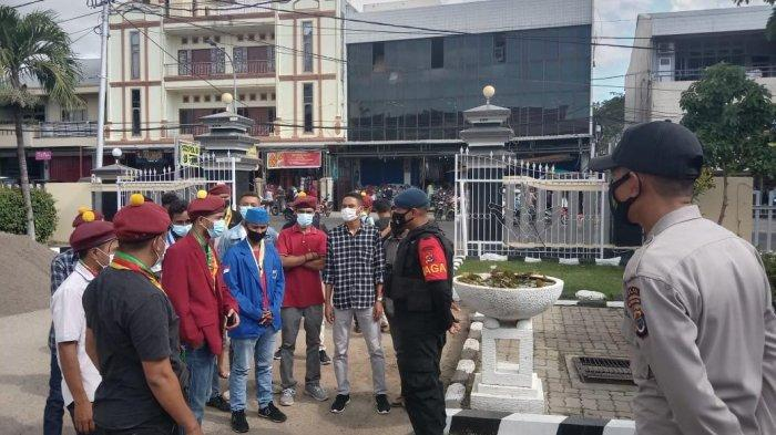 Aliansi Mahasiswa Pemuda Anti Sara (AMPAS) Kota Kupang mendatangi Polda NTT pada Selasa 1 Juni 2021 untuk melaporkan dugaan ujaran SARA oleh Ketua DPRD Kota Kupang Yeskiel Loudoe.