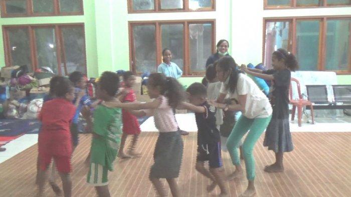 Relawan AMA Lembata Bermain Bersama Anak-anak Penyintas Bencana Alam