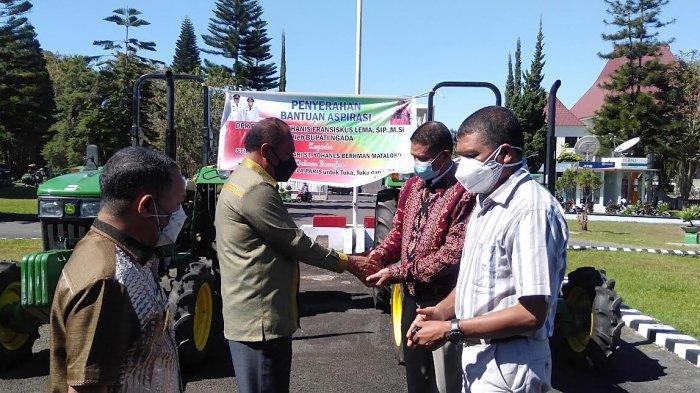 Dukung Program Tante Nela Paris, Ansy Lema Serahkan Traktor untuk Seminari Matakoko dan Stiper FB