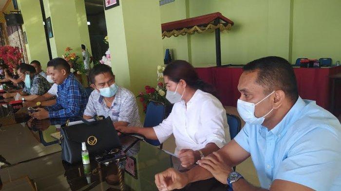 Anggota DPRD Kota Kupang memberikan pernyataan sikap terkait statemen yang diduga berbau SARA oleh Ketua DPRD Kota Kupang pada Sabtu, 29 Mei 2021.