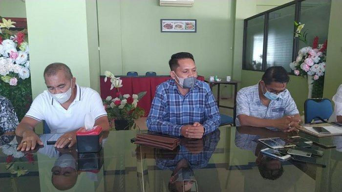 Anggota DPRD kota Kupang saat menggelar jumpa pers di hotel Nelayan kota Kupang.