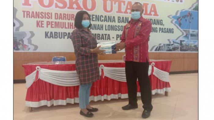Anggota DPRD NTT Ana Waha Kolin Salurkan Alat Rapid Test dan Kunjungi Korban Bencana di Lembata
