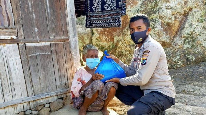 125 Warga di Empat Dusun di Paga Terima Beras Polri