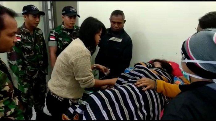 Anggota Satgas Pamtas Evakuasi Korban Kecelakaan Lalu Lintas di TTS