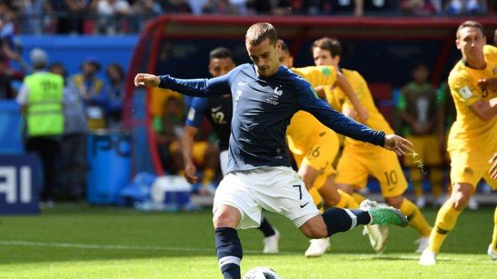 Penyerang timnas Perancis, Antoine Griezmann, ketika melakukan eksekusi penalti dan menghasilkan gol ke gawang Australia pada laga Grup C di Kazan Arena, Kazan, Sabtu (16/6/2018).