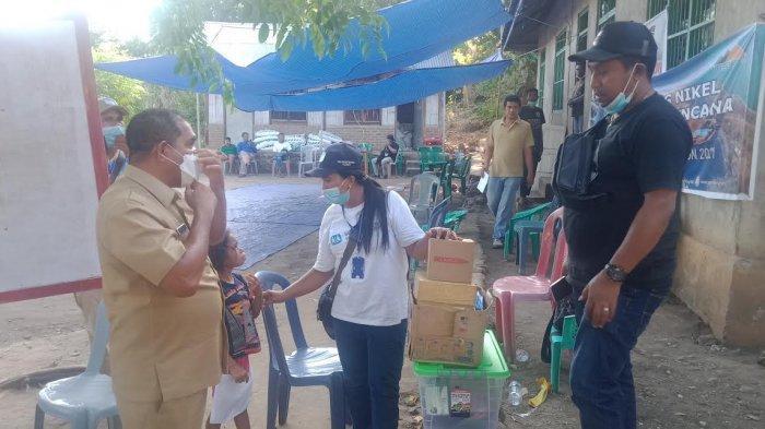 Bupati Flores Timur, Antonius Gege Hadjon saat mengunjungi korban bencana di desa Oyangbarang, Kecamatan Wotan Ulu Mado, Pulau Adonara