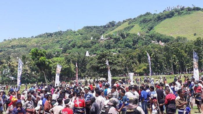 Aparat keamanan turun lapangan mengamankan pasola Wanokaka akibat terjadi kericuhan Senin (16/3/2020)