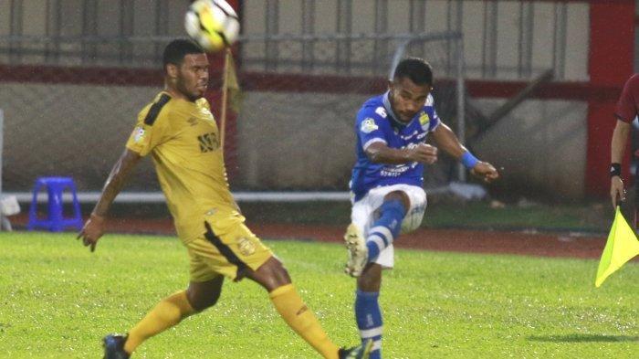 Ardi Idrus menendang bola dibayangi pemain Bhayangkara FC.