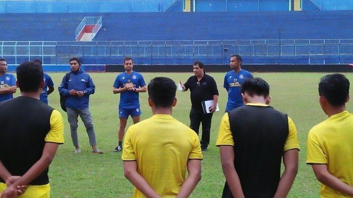 Carlos Oliveira saat memberi arahan para pemain Arema FC, 2020.