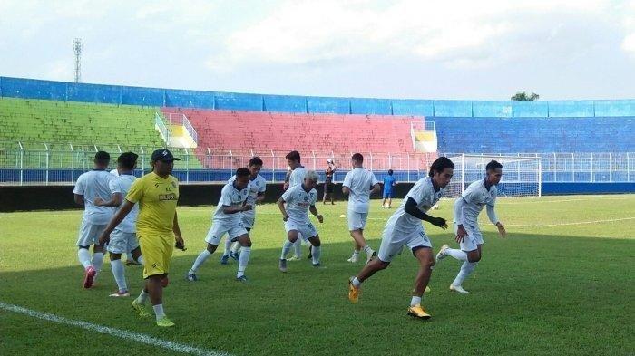 Asisten pelatih Arema FC Kuncoro saat memimpin latihan pemain Arema FC dipinggir lapangan Stadion Kanjuruhan.