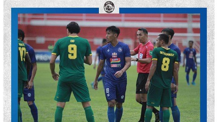 Para pemain Arema FC usai pertandingan semifinal Piala Gubernur Jatim 2020 di Stadion Suprijadi Blitar, Selasa (18/2/2020).