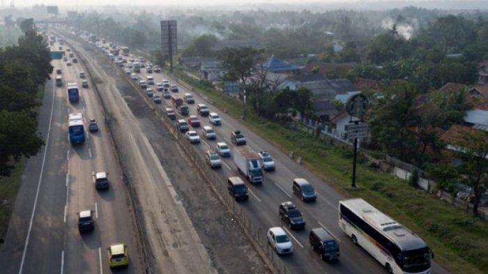 kepadatan kendaraan di ruas Tol Jakarta-Cikampek KM 38, Cikarang, Bekasi, Jawa Barat, Sabtu (9/6/2018). Kemacetan terjadi karena adanya peningkatan volume kendaraan saat arus mudik Lebaran 2018 serta adanya penyempitan jalan dan para pemudik yang ingin masuk ke rest area KM 39.