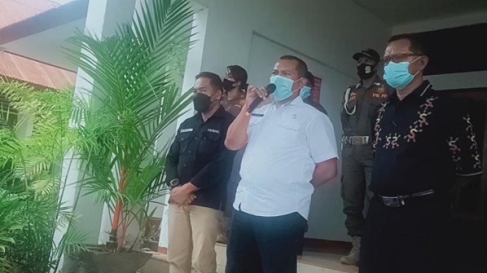Asisten II Setda Flotim, Petrus Pedo Maran saat menerima massa aksi di depan kantor bupati