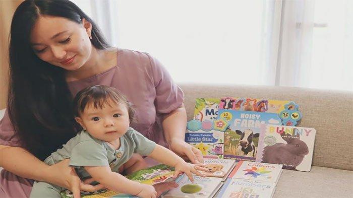 Asmirandah memperkenalkan buku-buku pada sang bayi Chloe