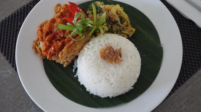 Nikmati Ayam Geprek  Dilengkapi Urap Sayur di Amaris Hotel