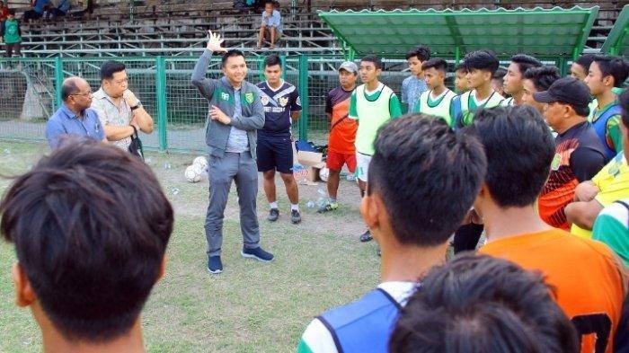 Azrul Ananda tengah bersama para pemain muda Surabaya di Lapangan Sepak Bola Karanggayam