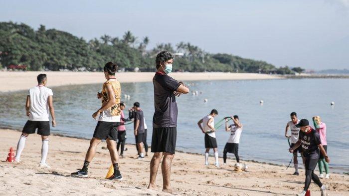 Pelatih Stefano Cugurra Teco saat memimpin latihan di pantai Nusa Dua Badung, Selasa 16 Maret 2021.