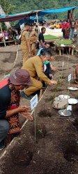 Bangkitkan Sektor Pertanian di Masa Pandemi, Bupati Robby Idong Tanam Cabai Merah Besar di Kalo