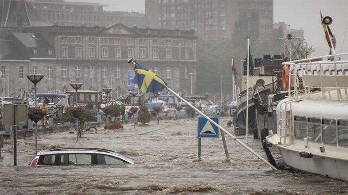 Sebuah mobil mengapung di Sungai Meuse saat banjir besar di Liege, Belgia, pada 15 Juli 2021.