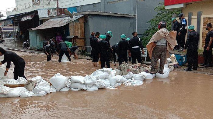 Banjir Genangi Ruas Jalan di Samping RS Bhayangkara