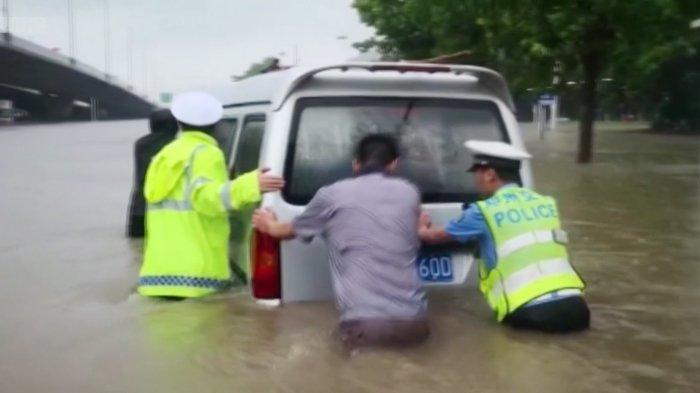 Giliran China Dilanda Banjir: 12 Tewas, Ribuan Dievakuasi, Stasiun Kereta Api dan Jalan Terendam