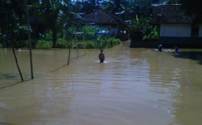 Bunda Agus Ketua RT di Ende Sedih Beras Bantuan Penyandang Disabilitas Terendam Banjir