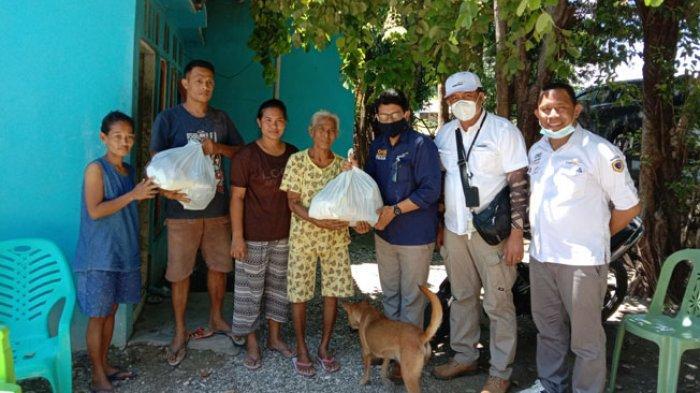 Bank Mandiri Serahkan Bantuan Sembako Bagi Warga Terdampak Badai Seroja